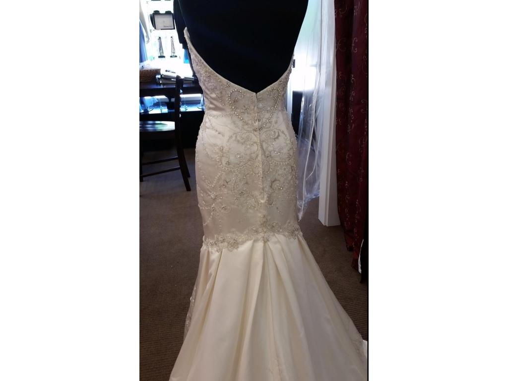 Casablanca 2124 300 size 10 sample wedding dresses for Previously worn wedding dresses for sale