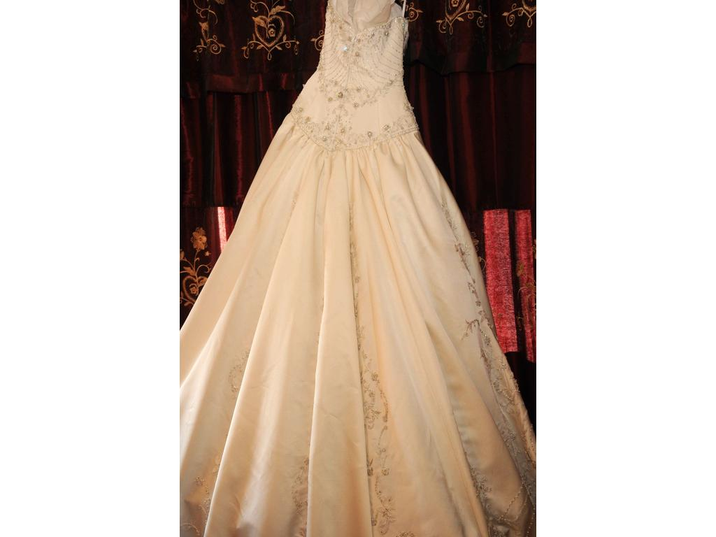 Amalia carrara a4 3 000 size 0 used wedding dresses for Used wedding dress size 0