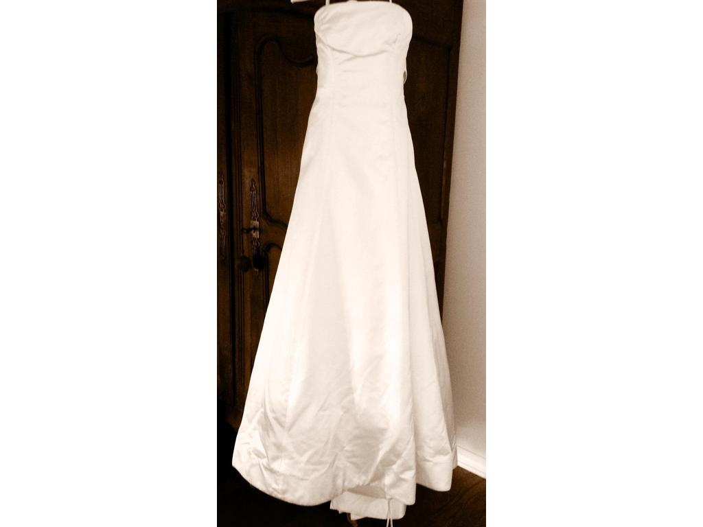 Vera wang 725 size 8 used wedding dresses for Used vera wang wedding dresses